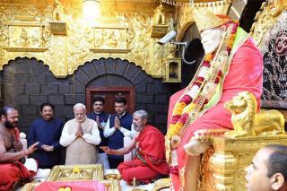 pm-narendra-modi-offering-prayers-at-shri-sai-baba-temple-of-shirdi-in-maharashtra