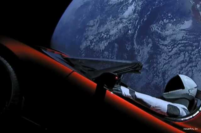 space-x-launches-elon-musk-s-car-into-space-with-successfull-falcon-heavy-test