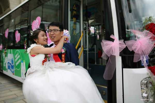 a-bride-who-works-as-a-bus-driver-drove-a-bus-to-her-wedding-venue-and-even-picked-up-the-groom-on-her-way