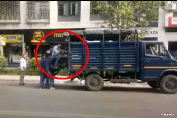 men-loaded-with-his-bike-into-tempo-viral-video