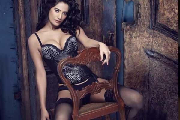 actress-poonam-pandey-sexy-video