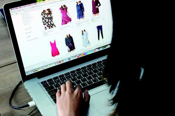 afghan-shoppers-go-online-to-avoid-bombs-harassment