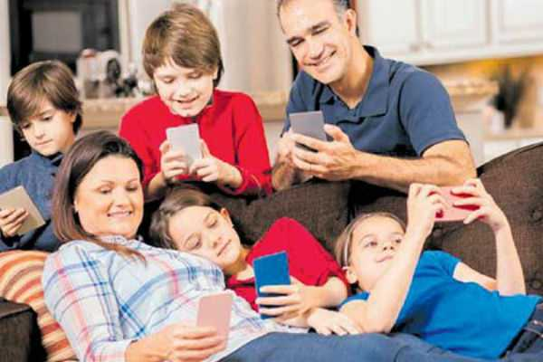 smartphones-during-family-time-may-impact-child-s-emotional-well-being