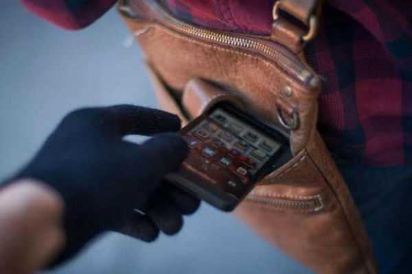 two-college-girls-steal-38-mobile-phones-for-boyfriend