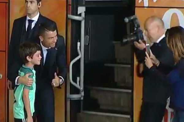ronaldo-stops-teambus-and-hugs-young-fan