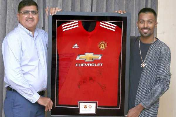 hardik-pandya-received-iconic-gift-from-manchester-united-club