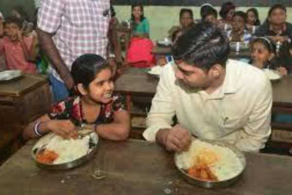 s-suhas-district-collector-of-alappuzha-kerala-shares-mid-day-meal-with-children-of-government-school
