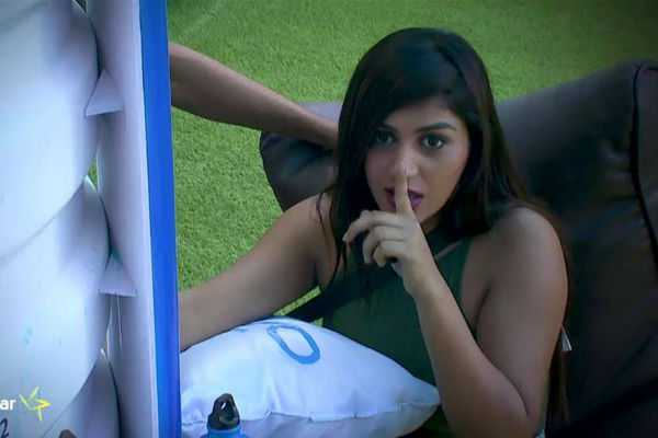 biggboss-promo-mahat-asks-kiss-from-yaashikka