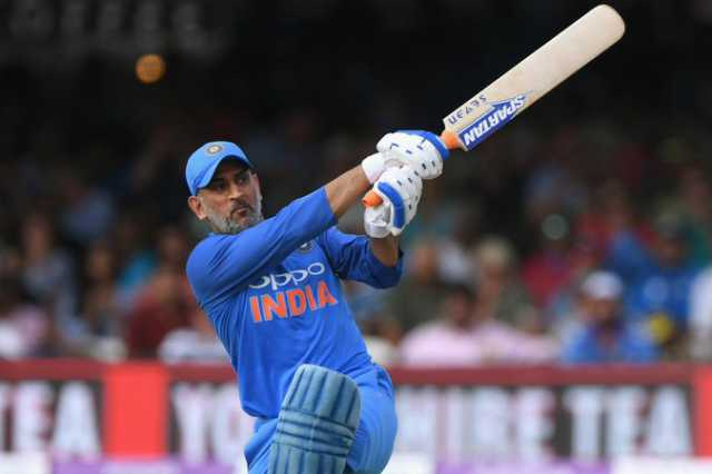 dhoni-reaches-10000-runs-in-odi