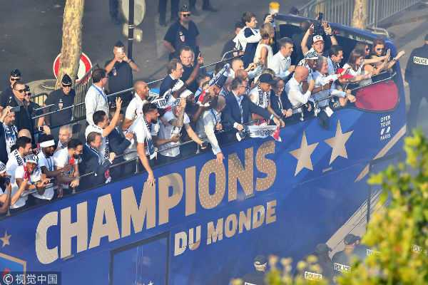 champion-team-given-heroes-welcome-in-paris