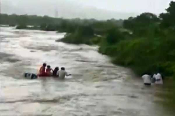 a-family-from-navi-mumbai-escaped-with-minor-injuries-after-their-car-fell-off-ghotgaon-river-bridge
