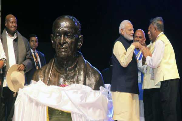 pm-modi-unveils-bust-of-sardar-vallabhbhai-patel-in-uganda