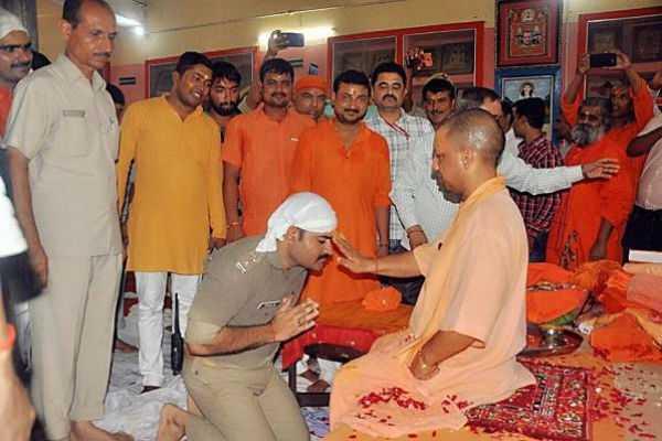 up-cop-in-uniform-kneels-down-before-cm-yogi-adityanath-to-seek-blessings-photos-go-viral