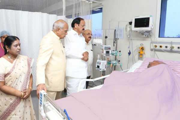 dept-president-met-karunanidhi-in-hospital-photo