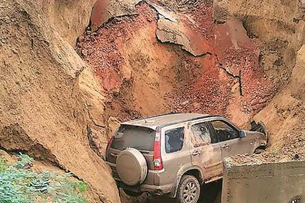 narrow-escape-for-family-members-after-agra-lucknow-expressway-caves-in