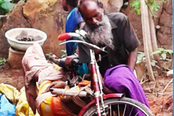 odisha-man-carries-sister-in-law-s-body-on-bicycle