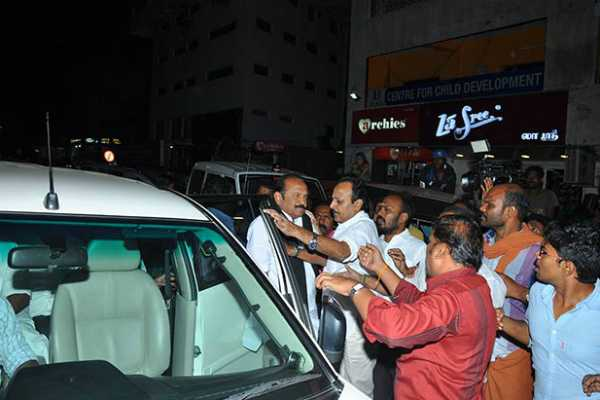 dmk-volunteers-attack-vaiko-at-cauvery-hospital