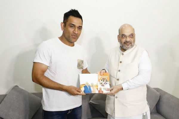 amit-shah-met-dhoni-and-discussed-government-s-achievements