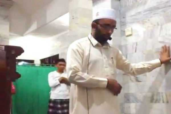 video-indonesian-imam-leading-prayer-as-quake-hits-goes-viral
