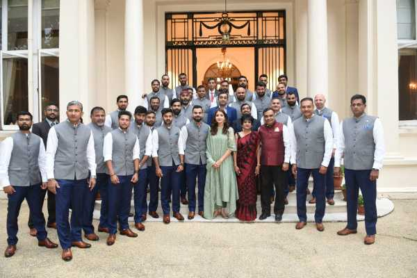 twitteratti-hits-anushka-sharma-as-she-poses-with-team-india