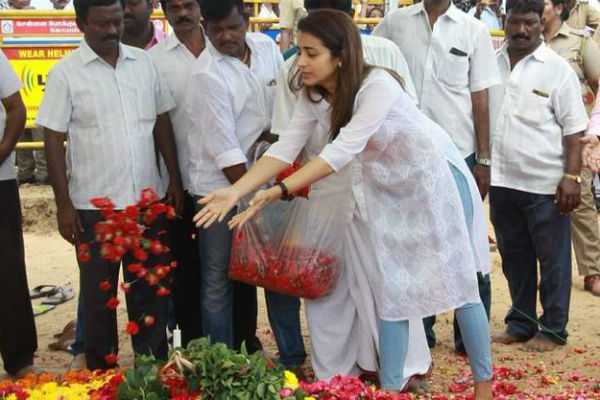 trisha-pays-respect-in-karunanidhi-memorial