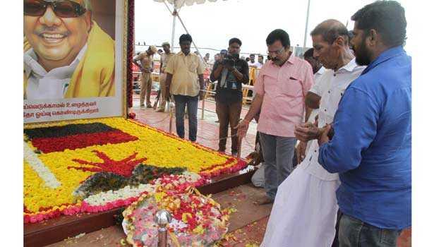 karunanidhi-s-elder-son-pays-tribute