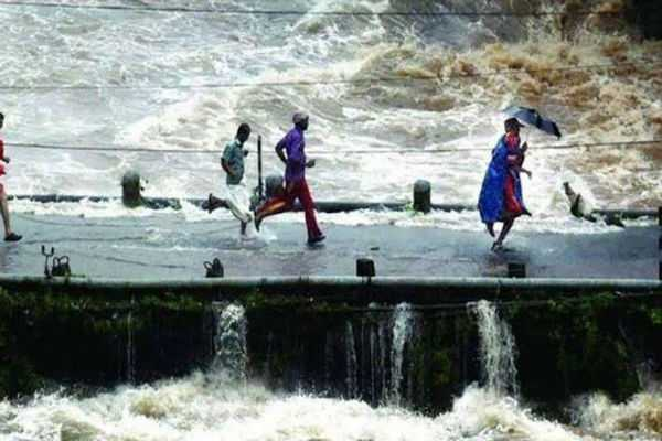 man-who-ran-across-sinking-bridge-with-child-is-hero-for-flood-hit-kerala