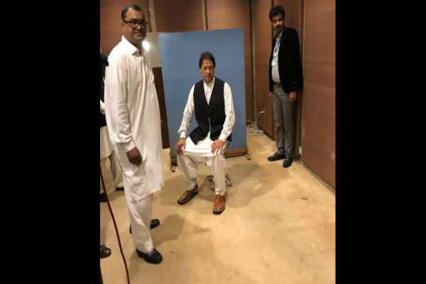 imran-khan-borrows-waistcoat-from-parliament-employee-for-official-photo