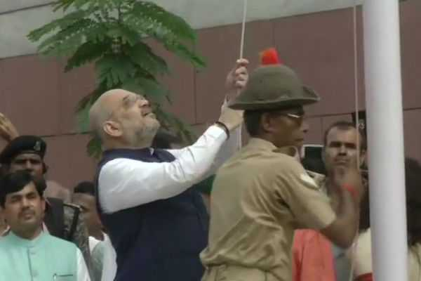 amit-shah-dropped-the-national-flag-while-hoisting-in-bjp-hq