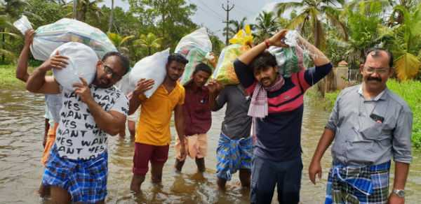 actor-abi-savarayan-providing-relief-supplies-in-kerala
