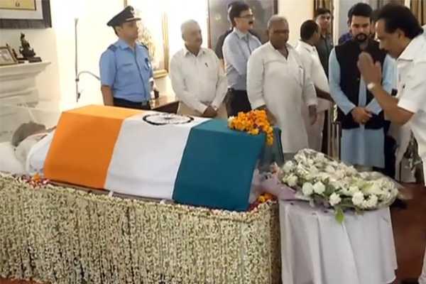 mk-stalin-kanimozhi-pay-tributes-to-ex-pm-atal-bihari-vajpayee