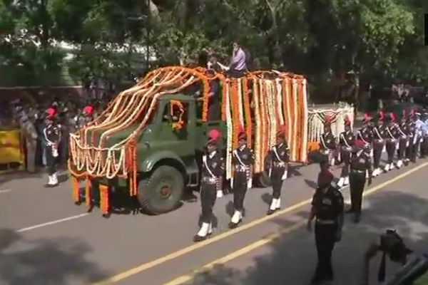 vajpayee-s-mortal-brought-to-bjp-headquarters