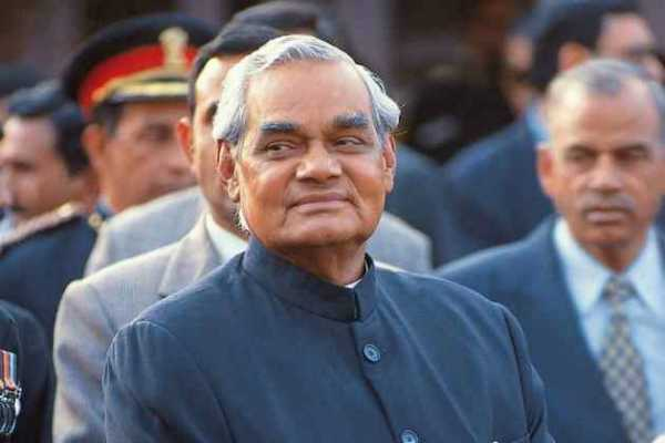 vajpayee-with-a-father-in-college-with-the-same-class