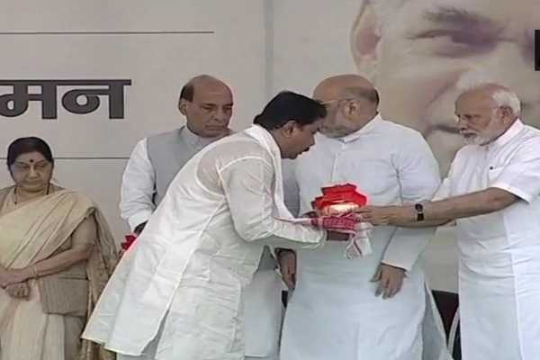 pm-modi-hands-over-the-urns-carrying-ashes-of-vajpayee-to-bjp-presidents