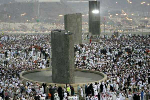 pilgrims-stone-the-devil-in-final-stage-of-haj-in-saudi-arabia