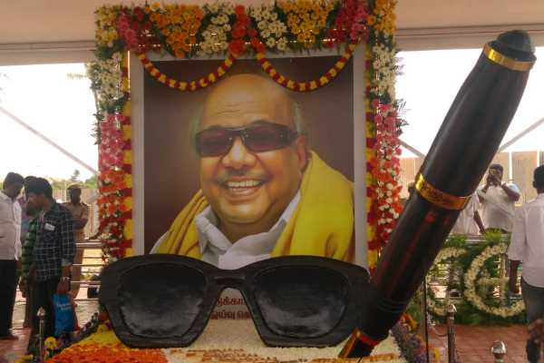 kalaignar-s-memorial-has-decorated-with-sun-glass-and-pen