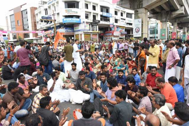 bjp-youth-protest-in-front-of-devaswom-ministers-house-police-use-water-cannons
