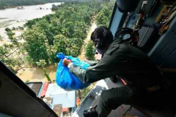 food-dropping-from-planes-to-cyclone-affected-people