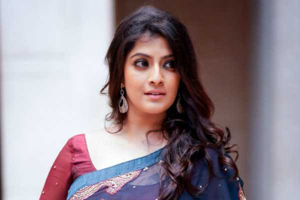varalakshmi-reveals-vishal-s-excuse-for-postponing-marriage