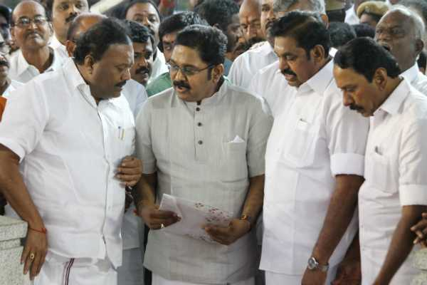 three-snakes-surrounding-t-t-v-dhinakaran-supporters-in-panic