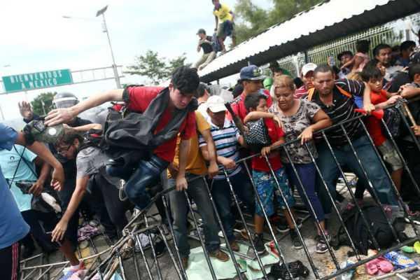 caravan-of-3-000-central-american-migrants-crosses-into-mexico