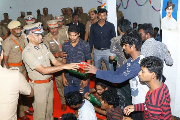 deepavali-gifts-to-prisoners-by-cop