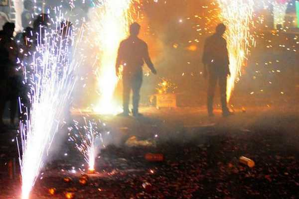 police-file-case-against-786-people-for-bursting-crackers