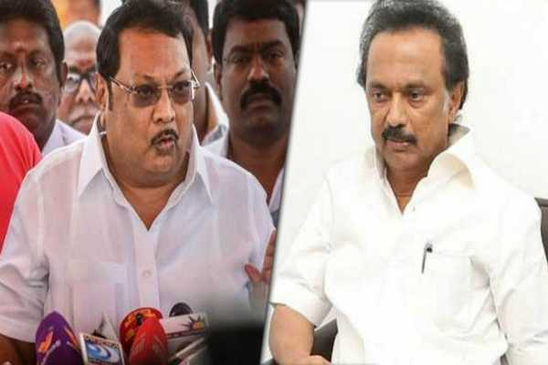 azhagiri-s-the-hands-of-m-k-stalin