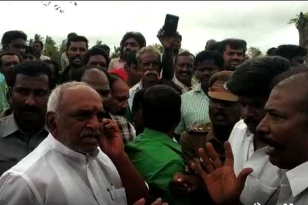 minister-pon-radhakrishnan-s-car-covered-by-public