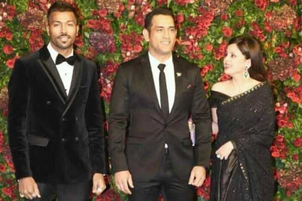 ms-dhoni-asks-hardik-pandya-to-take-his-hand-as-sakshi-moves-out-of-frame-at-deepveer-reception