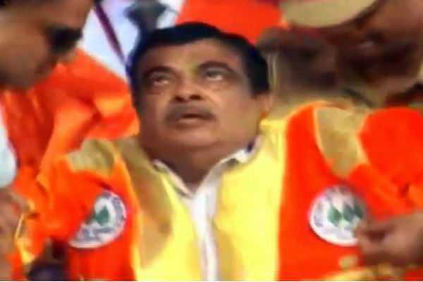 nitin-gadkari-faints-on-stage-at-university-convocation-in-maharashtra