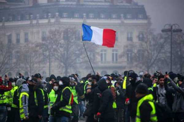 french-police-fire-tear-gas-at-protesters-in-central-paris