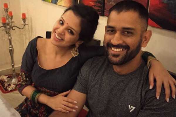 ms-dhoni-helps-wife-sakshi-put-on-shoes