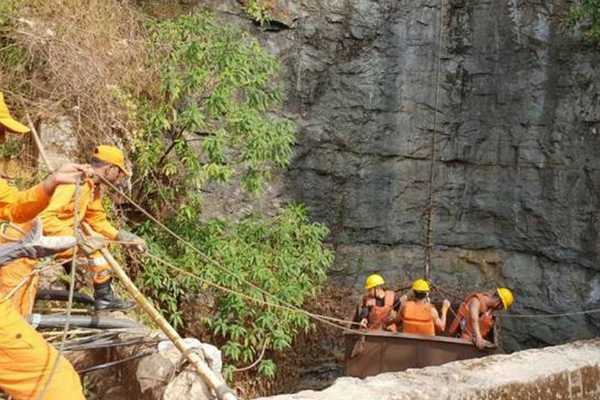 rescue-operations-are-suspended-in-the-mine-in-meghalaya